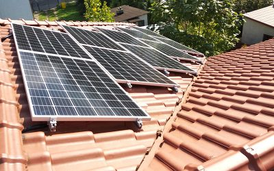 Montaż instalacji fotowoltaicznej na dachu pokrytym dachówką
