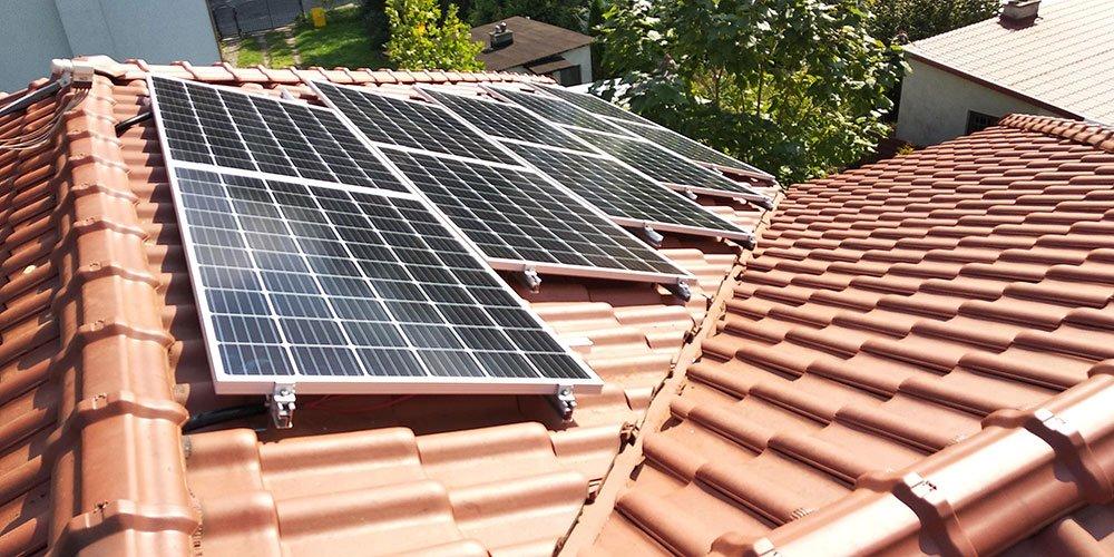 Moduły fotowoltaiczne zamontowane na dachówce