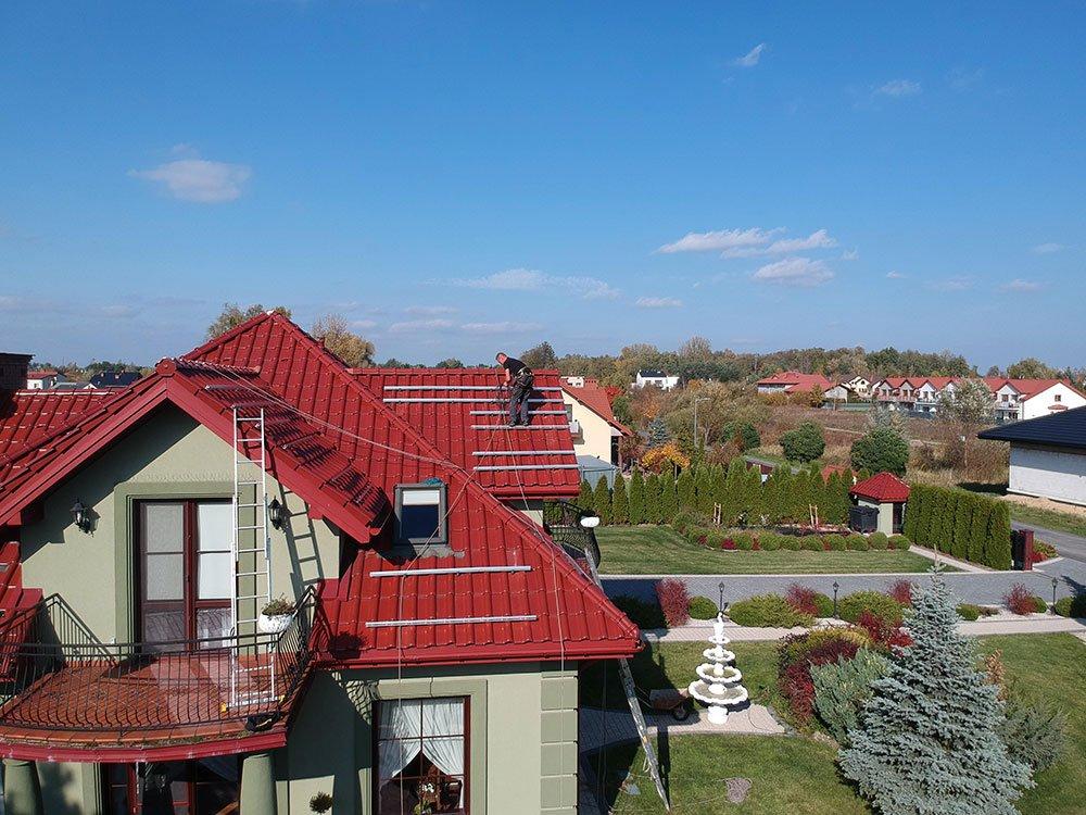 szyny montażowe na dachu pokrytym dachówką