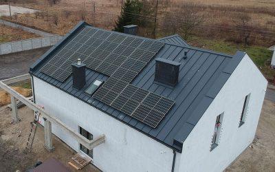 Montaż instalacji fotowoltaicznej na pokryciu dachowym – Blacha na rąbek